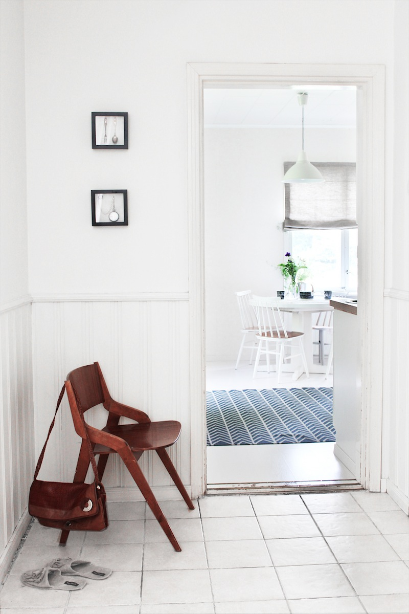 Bílé prvky finského interiéru doplňuje dřevo