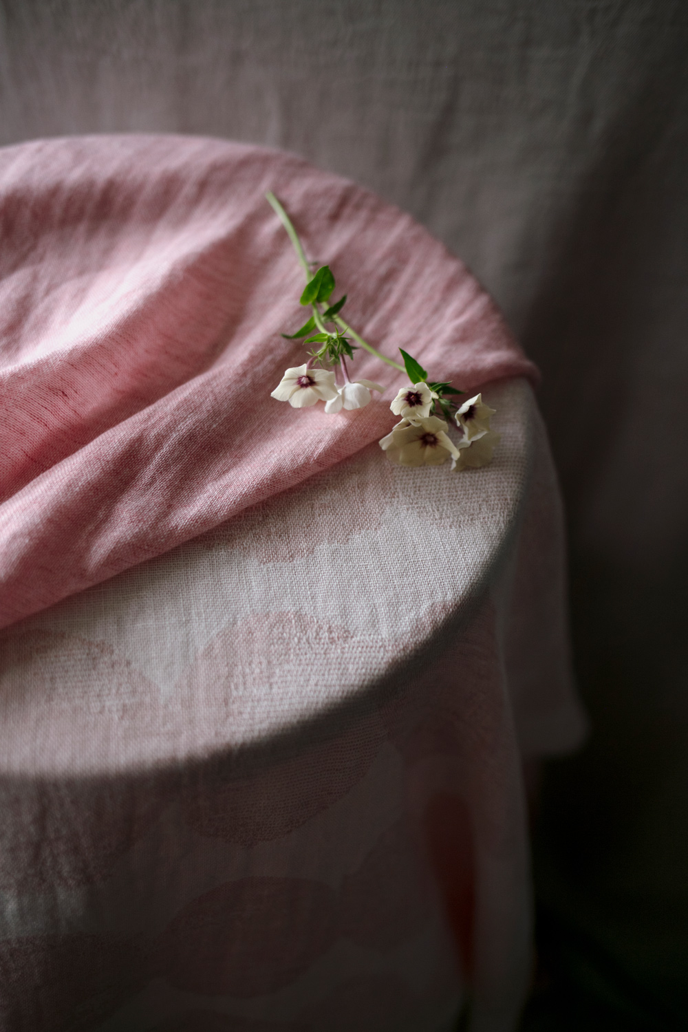 lapuankankurir_sade_towel_white-rose_and_halaus_scarf_light_rose_1