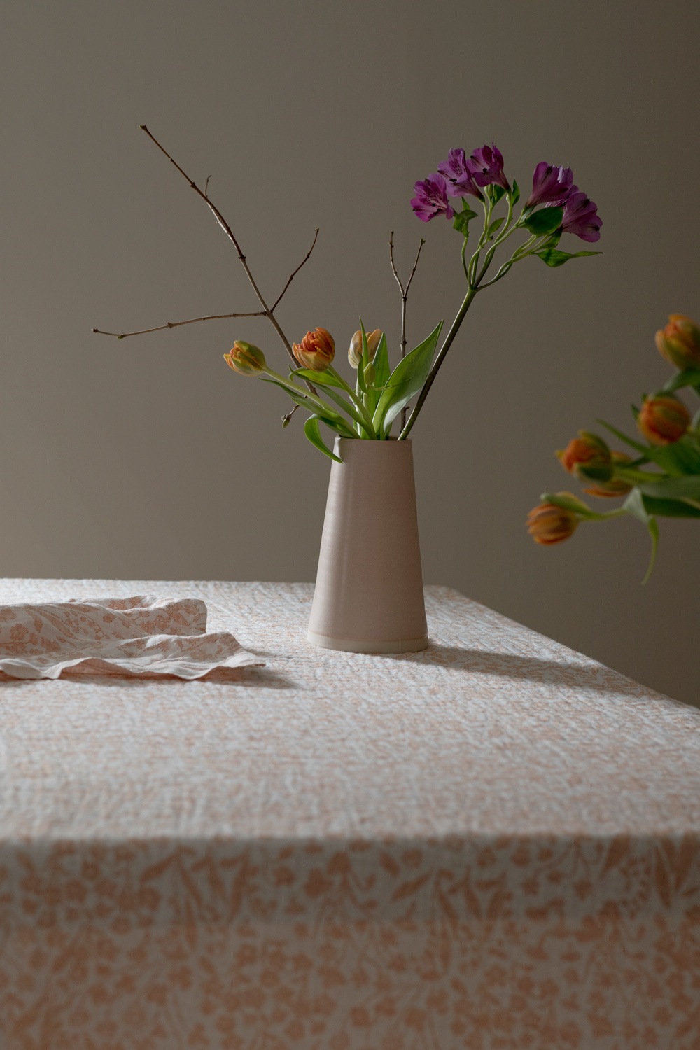 lapuankankurit_niitty_tablecloth-blanket_and_niitty_towel_white-rust_2