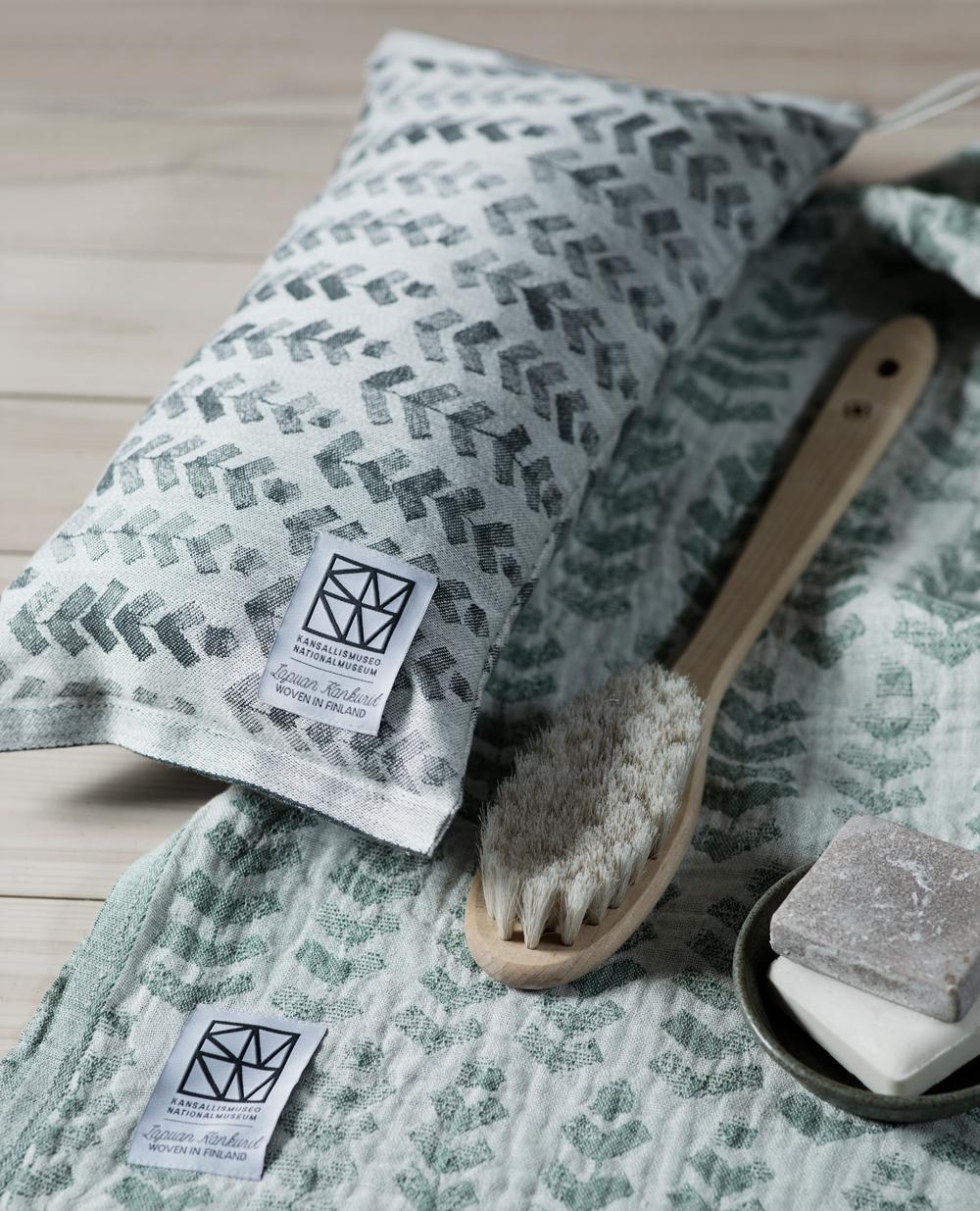 lapuankankurit_ruusu_x_hvittrask_sauna_pillow_and_towel_1_0